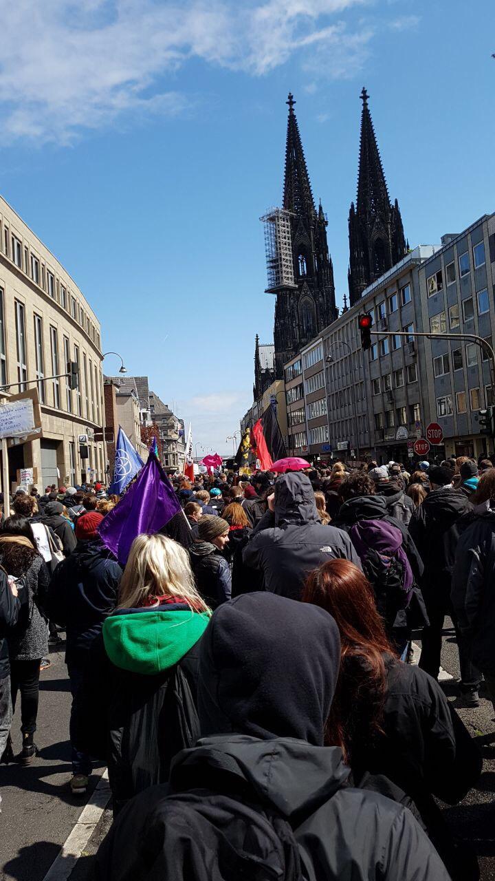 Demonstranten ziehen durch die Komödienstraße in Richtung Dom und Hbf.