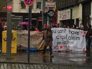 Demonstranten halten Transparente am Heumarkt hoch.