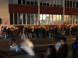 Viele Menschen stehen am letzten Partyabend auf der Vogelsanger Straße in Eherenfeld.