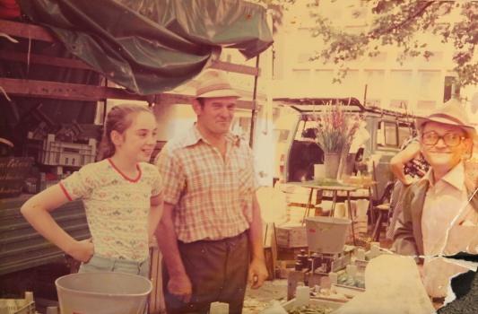 Martina Frason (l.) mit ihrem Vater auf dem St. Aposteln-Markt. Die Aufnahme stammt aus den 70er Jahren.