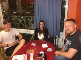 Zur Entspannung darf es auch mal ein Karten sein (von links): Maurice Weber, Anna Lengert und Simon Bach.