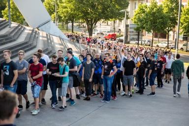 Fans der E-Sport-Szene warten auf Einlass in die Köln Arena.