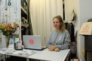 """Lena Schröder, studierte Modedesignerin, betreibt die """"Kleiderei"""" seit Mai 2016."""